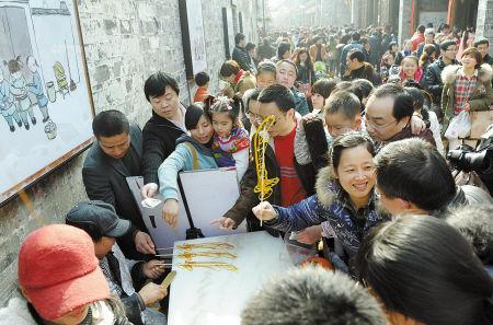 昨天在南塘老街,游客纷至沓来。记者徐佳伟摄