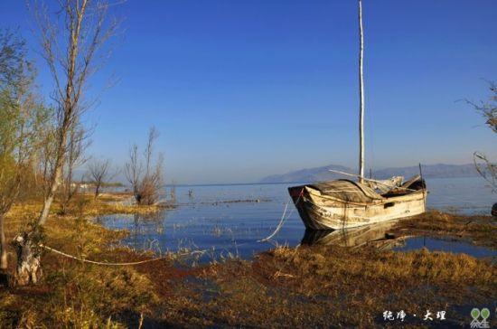 废弃的木船