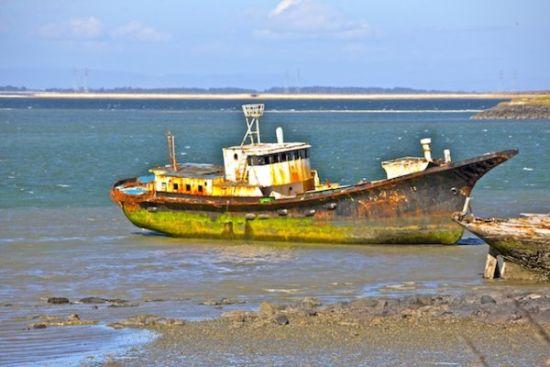 港湾里的旧船