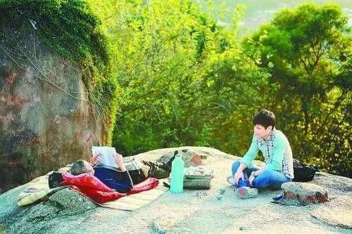 在一块岩石上坐下享受宁静