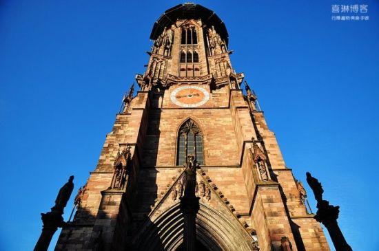 教堂是哥特式样建筑 有着高耸挺立的塔尖和复杂多变的线条