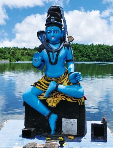 圣水湖旁的雕像