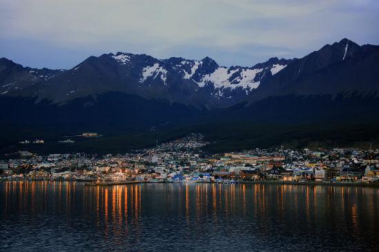 从布宜诺斯艾利斯坐飞机三个多小时到乌斯怀亚