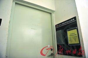 """回访时 这扇门在记者暗访时可以打开,门内一片脏乱,如今却紧紧锁上,门上所贴""""垃圾周转区""""等标签也已不见"""
