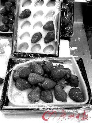 暗访时 霉烂的草莓经过挑拣后,好的返包继续卖,坏的切除霉烂部分后拼果盘,或供消费者试吃