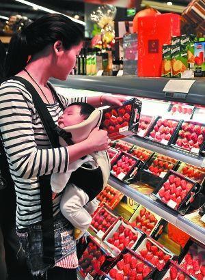 回访时 昨日,消费者在仔细观察草莓的新鲜程度