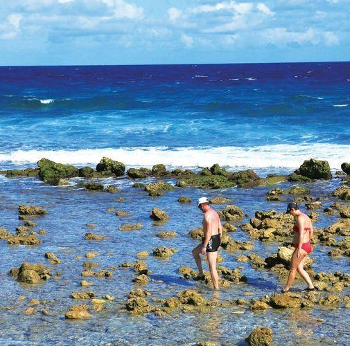 迎着温暖潮湿的海风走在海边,如画的风景在眼前,自己也在如画的风景中 摄影/周齐