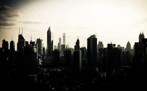 从上海中心处望去的摩天大厦落日剪影