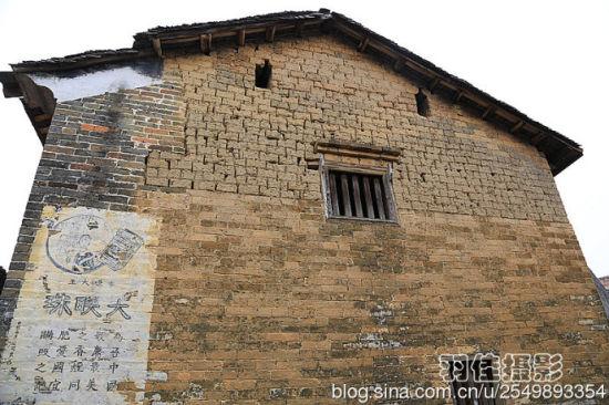 太囧的古建筑与广告宣传画相得益彰