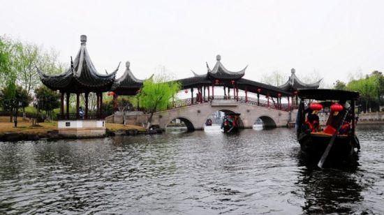 坐着乌篷船 走水路进入西塘古镇