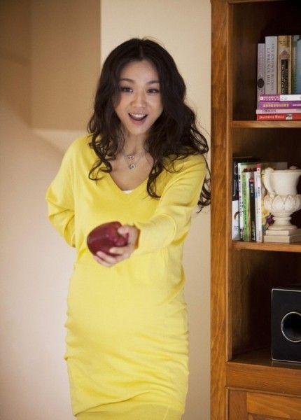 亮黄色大V领长款T恤衫。整体非常简洁得体,暖色系给人一种明亮干净的感觉