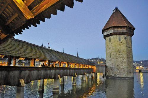 欧洲最古老的有顶木桥卡佩尔廊桥以及八角形水塔,永远会出现在各种关于卢塞恩的明信片中