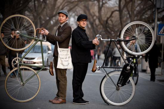 复古骑行由英国tweed run发源而来,近年来在各个国家开始流行,今年的北京复古骑行将极具中国特色,中西复古文化大碰撞,我们不去刻意模仿,Harris Tweed也未必适合每一个人,鼓励大家穿出适合亚洲人的vintage style,我们也鼓励在北京的外国友人尝试MAO RIDE STYLE,为此我们拍摄了一组宣传片。活动当天将有中外潮流媒体及街拍摄影师到场,期待大家的盛装出席,这个直接关系到单车大奖的角逐。