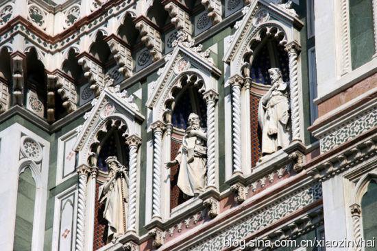 惟妙惟肖的教堂外墙上雕塑