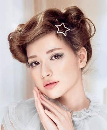 组图:可爱女孩摆弄刘海瞬间甩掉沉闷发型