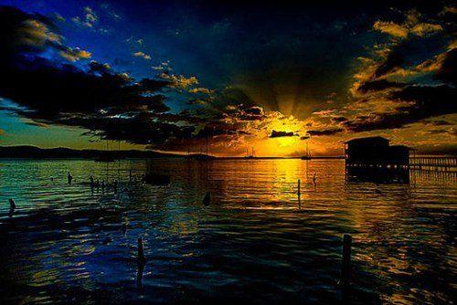 巴拉卡的旧世界魅力在金色的阳光下一点点的隐没在视线之中