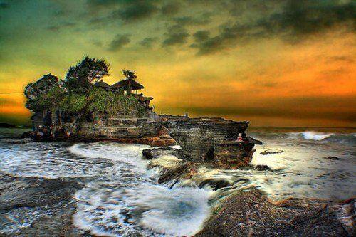 矗立在澎湃海水中的巨大岩礁上的海神庙 庄重且神秘