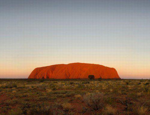 乌鲁鲁红色岩石比太阳还抢眼