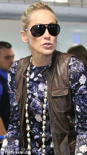 组图:演员莎朗斯通现身机场满脸皱纹难掩老态