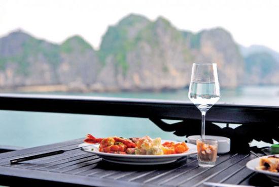 下龙湾的游船上提供餐饮服务 能够品尝到新鲜的海鲜菜肴