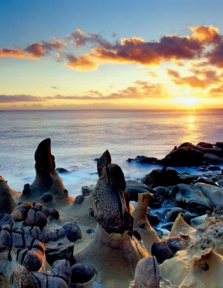 基隆和平岛独有的蕈状石在清晨第一道阳光中