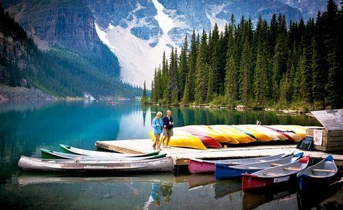 宽阔的湖面与层叠的山脉