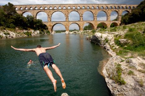 一位男子从法国普罗旺斯的加德桥纵身跳入河水中