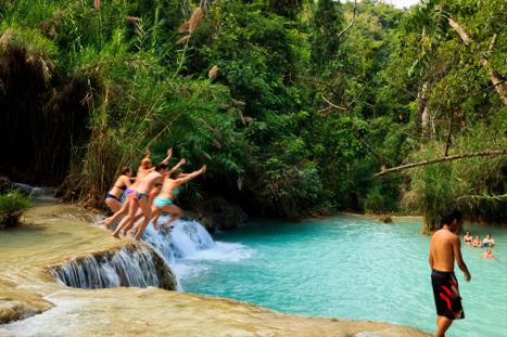 游客从老挝关达西瀑布一跃而下