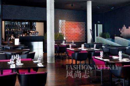 餐厅依然是灰黑调搭配抢眼的紫红