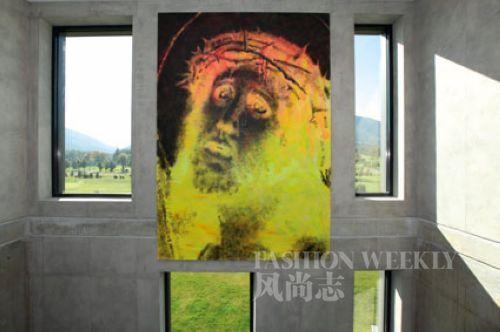 艺术家的作品挂在酒店的内墙