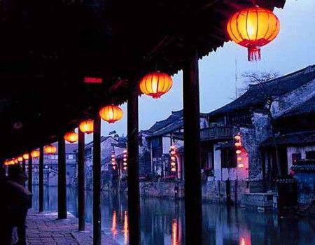入夜,西塘就成了新娘,四处是羞答答的红艳,像笼着轻纱的幻梦