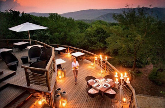 在建造于山侧的Mountain Lodge的露台上,拥有欣赏灌木丛的最佳视野