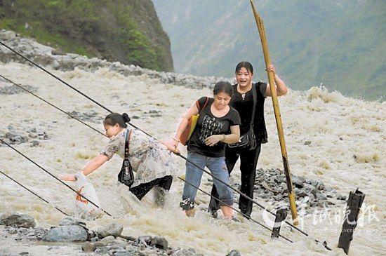 暴雨引发的特大山洪泥石流会导致交通瘫痪