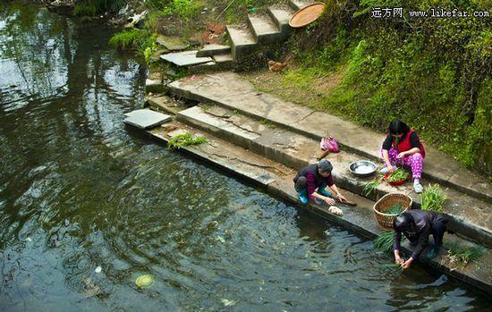 河水清澈,岸边居民洗菜汰衣