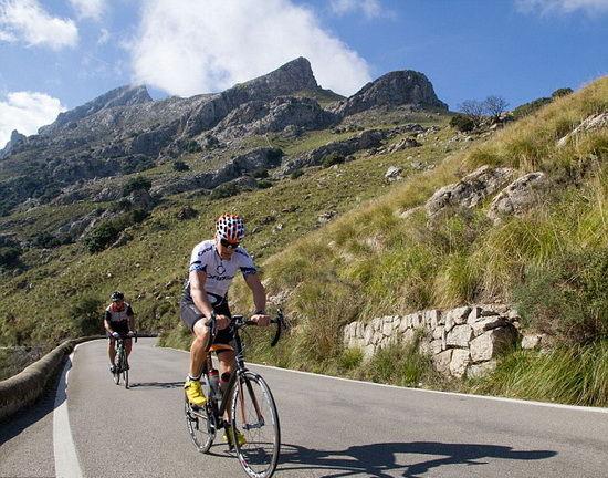 西班牙特拉蒙塔纳山的自行车爱好者正努力向前冲