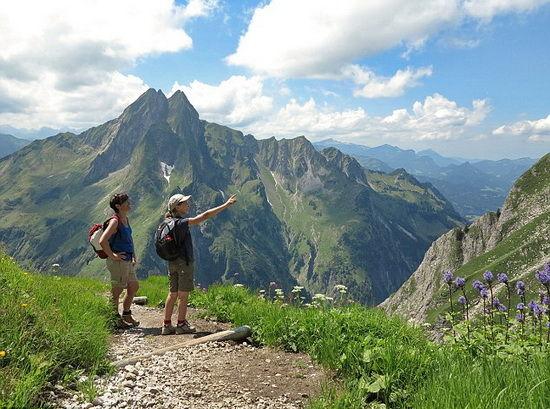 在阿尔卑斯山脉上细赏美景做有氧运动