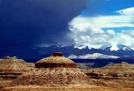 西藏阿里地区的雅丹双乳峰