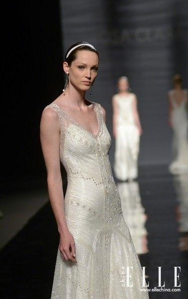 组图:简约风格婚纱让巴塞罗那更具时尚色彩