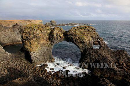 斯奈山半岛海边凝固的火山熔岩