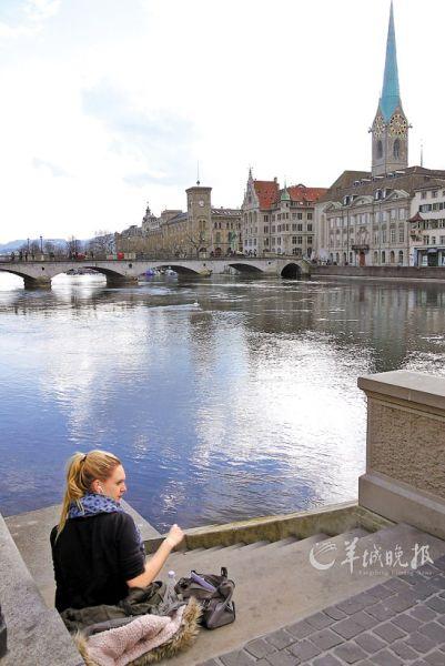 三四月的瑞士天气已经逐渐暖和,苏黎世利马特河边休歇的少女