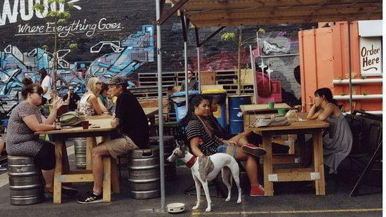 周五午后,费兹罗区人民市场上悠闲的人们
