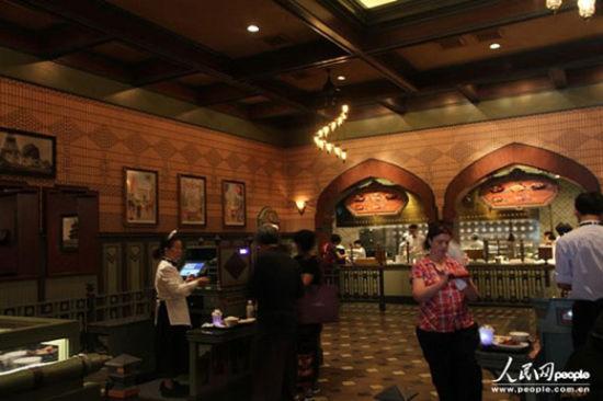"""游客玩累了,可以来""""大冒险家餐厅""""品尝国际美食"""