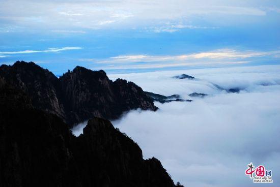 黄山现千载难逢瀑布云海景观