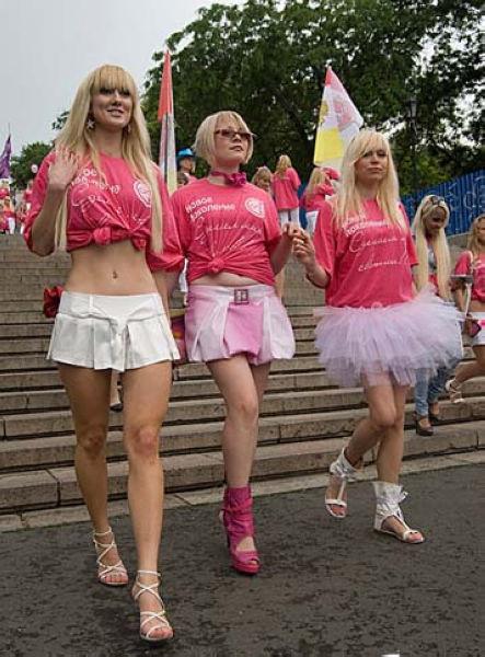 姑娘们自信满满兴致高昂