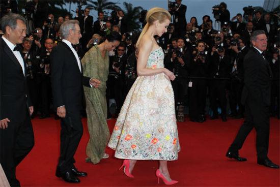 戛纳影节开幕红毯秀让女星尽展风情魅力