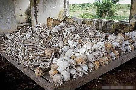展厅内的尸骨展示十分原始但又十分震撼