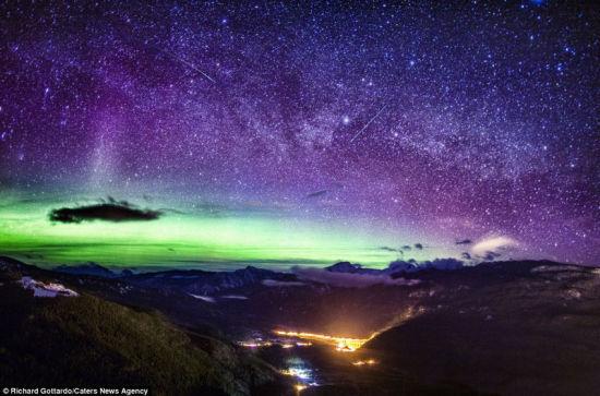 洛基山脉绚丽的极光