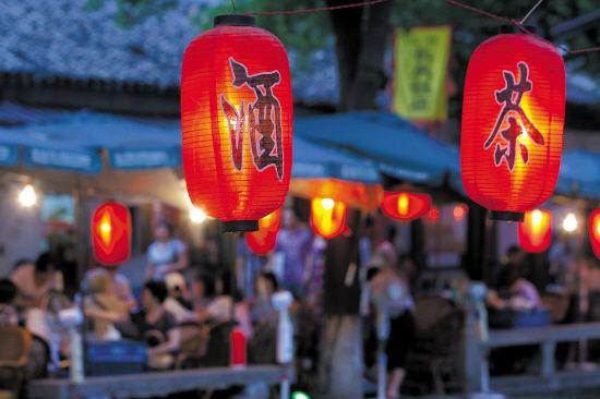 游客如织的姑苏小镇里,生活的节奏缓慢而笃定