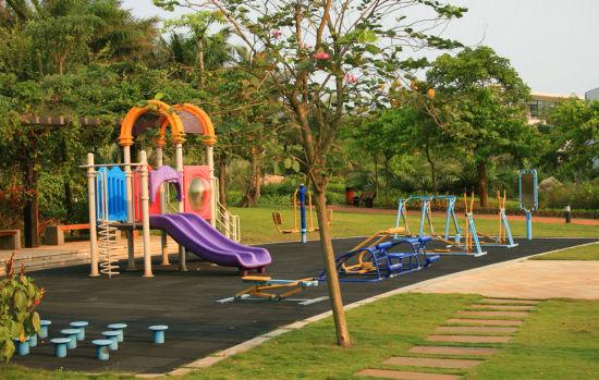 宁波儿童公园,园内设有儿童游乐设施和玩具供少年儿童游玩,宝宝