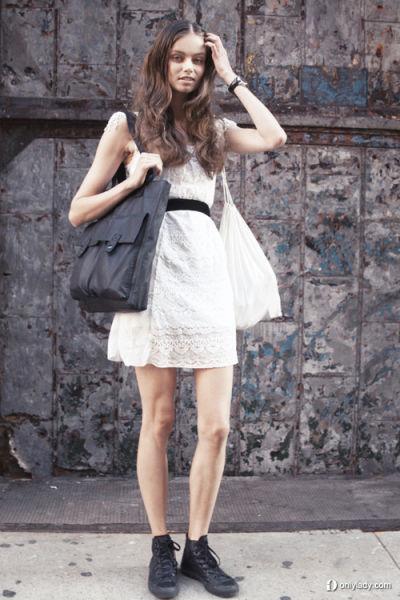 纯白色的蕾丝洋装